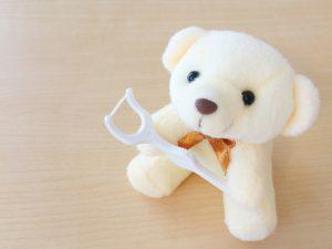 フロスや、歯間ブラシなどの補助器具を正しく使用しましょう。